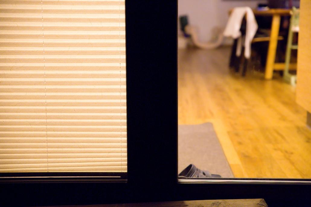 žaluzie na okna noc